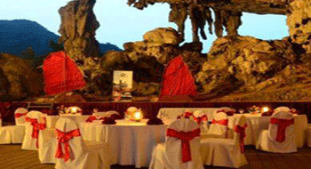 Halong Bay in Vietnam: Stop meals in caves